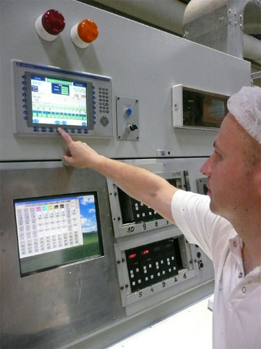 An Operator checking the optimisation on a Cerutti gravure